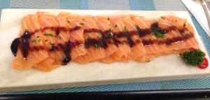 Tiraditos nikkei de salmão