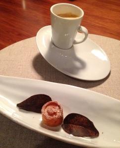 Café Nespresso, madalena de amêndoa com pele de laranja e folha de chocolate com erva-mate.