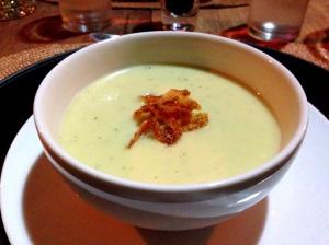 Entrada: sopa de batata e alho-poró com creme de leite, sálvia e cebola. Muito saborosa!!
