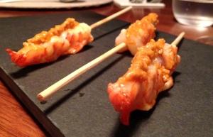 Entrada 1: Espetinho de camarão rosa na chapa com molho romesco