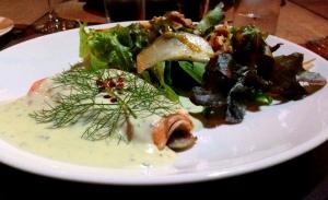 Prato #1: salmão grelhado com molho de gorgonzola e salada de folhas verdes com peras e nozes. Delicioso!
