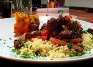 Prato #2: carne à provençal- com vinho tinto, alecrim, tomilho, bacon, tomate, cenoura e azeitonas pretas. Acompanha couscous marroquino e purê de moranga