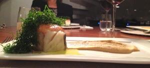 Prato 2: Lombo de bacalhau da Noruega gratinado com alho-e-óleo de goiabada. Acompanha purê de grão de bico, ninho de couve-manteiga e azeite de sálvia. Muito bem feito!