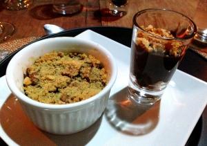 Sobremesa: ganache de chocolate com farofa de pé-de-moleque e crumble de maçã com uva passa, açucar mascavo, castanha e canela!