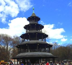 Depois de muito procurar, avistamos a torre (símbolo do biergarten)!