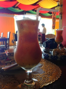 Para beber: coquetel de frutas (abacaxi, kiwi, maracujá, morango e laranja)! Super saborosa e leve!