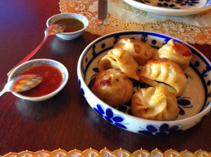 Entrada: MOMOS ( trouxinhas tibetanas nos sabores de carne, batata e legumes. Acompanha molho a base de manjericão e tomate! MUITOO BOM!!