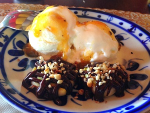 Sobremesa: Ti Momo com ganache, sorvete de queijo e calda de maracujá!