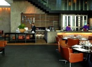 Entrando no restaurante. Atrás você pode ver a adega climatizada!