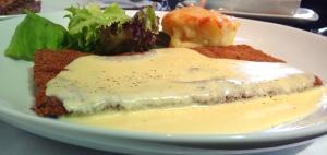 Prato principal 2 ( escolha da minha Dinda): Milanesa de filé mignon ao molho de nata da colônia e queijo gruyere!! Super crocante!!!