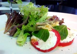 Salada Caprese para começar!
