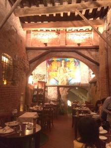 Ao entrar no local, você se depara com a sala de jantar feita de tijolos e pedra em estilo medieval.
