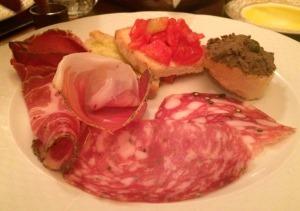 ENTRADA: aperitivo típico, incluindo presunto crú, salame, bruschetta com tomate fresco e pão grelhado com azeite de oliva e fígado!