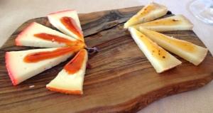 Queijos pecorino com geléia de pimenta e mel! Ps: queijo italiano feito de leite de ovelha. Hmmm....