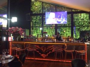 Ahhh olhem esse bar!!! Há dois telões no restaurante passando shows musicais
