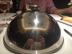 Pratos quentes servidos em cloches! Charme total!