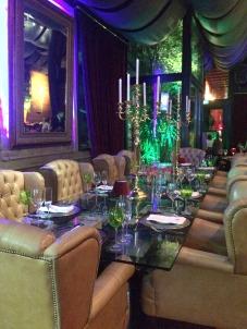 Mesa linda com cadeiras clássicas para grupos maiores!