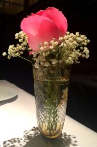 Vasinho de flores em todas as mesas!