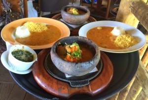 Moquequinha do Rio: peixe cozido em molho de leite de coco. Acompanham pirão de peixe, arroz branco e farofinha de dendê na farinha d´água. TUUUDOO!!