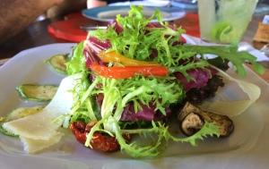 Salada Aprazível: folhas verdes e roxas crocantes, fatias de berinjela, abobrinha grelhada no azeite, lascas de parmesão, tomate seco, pimentão vermelho e amarelo ao vinagrete de tangerina. Super leve e saborosa!!