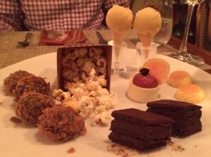 SOBREMESAS: pipoca doce, brigadeiros, torta de chocolate, romeu e julieta, mini pudim de leite e sorvete de bacuri e purê de cacau! De chorar!!