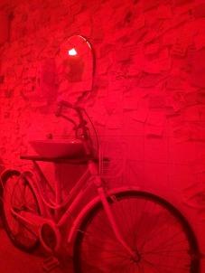 """Toilette estiloso, onde os clientes deixam recados. Luz vermelha para """"aquecer"""""""