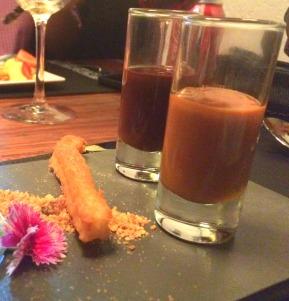 Sobremesa 2 (meu pedido): churros, servidos com copinhos de doce de leite e ganache. Hmmm viciante!