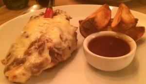 Prato principal (meu pedido): Frango gratinado com cebola grelhada, molho barbecue e queijo. Acompanha batatas douradas