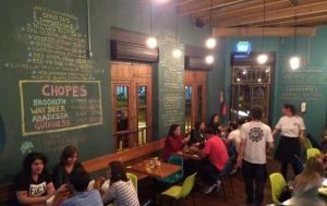 Escrito em giz nas paredes, o menu de cervejas nacionais, importadas e chopes!