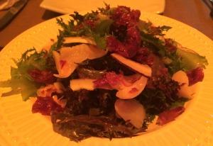 Salada Thay: mix de folhas, lichias, lascas de coco e crocante de bacon, unificados por uma doce vinagrete de româ. Super saborosa!