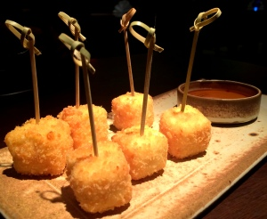 Entrada: dadinhos de queijo coalho crocante com molho agridoce. Nossa, uma delícia!!!