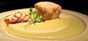 Prato 2 (pedido do Paulo): pirarucu em crosta de castanha do Brasil com molho de azeitonas verdes e batata doce
