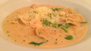 Prato 2 (pedido da Adri): Raviolini de camarão, limão siciliano e fava fresca. Muito bom!
