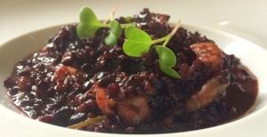 Prato principal: arroz negro caldoso com camarão e espinafre. Saborosíssimo!!