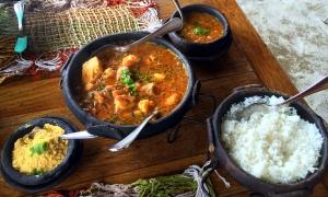 A MOQUECA de camarão e peixe mais espetacular dos últimos tempos. Acompanha arroz, farofa e um pirão muito gostoso.