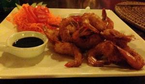 Entrada 1: camarão empanado com côco. Acompanha molho thay, agridoce de pimenta vermelha e molho teriyaki! Maravilhoso!!