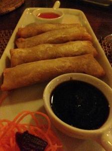Entrada 2: Rolls asiáticos de camarão com cenoura. Acompanha molho thay, agridoce com pimenta vermelha e teriyaki. Eu não tenho palavras para esses molhinhos!!! AMOO!
