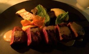 Meu pedido: carne grelhada de Wagyu (gado de origem japonesa, conhecido pela carne extremamente macia), cebola, alcachofra, polenta com manteiga e espuma de batata doce. MUITO BOM!