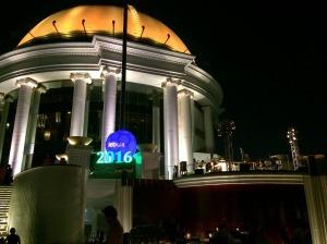Iluminação no centro da Torre. Durante o decorrer da noite, há um show de jazz no palco à direita.
